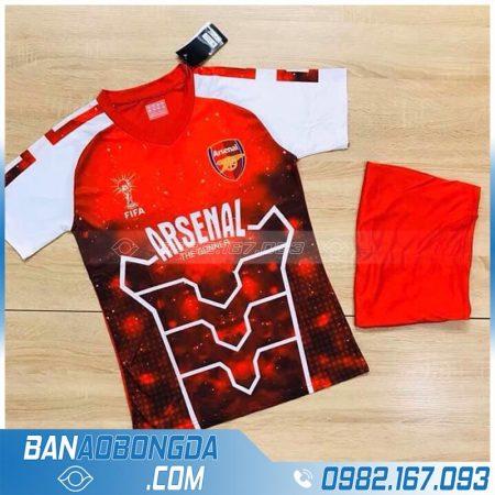 áo bóng đá Arsenal chế màu đỏ lạ mắt